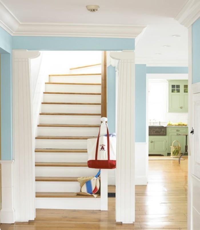 deco-escalier-très-originale-colonnes-grecques-escalier-en-bois