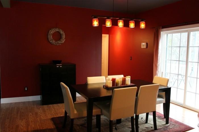 deco-salle-a-manger-rouge-table-en-bois-massive-chaises-blanches-luminaire-design-intéresant