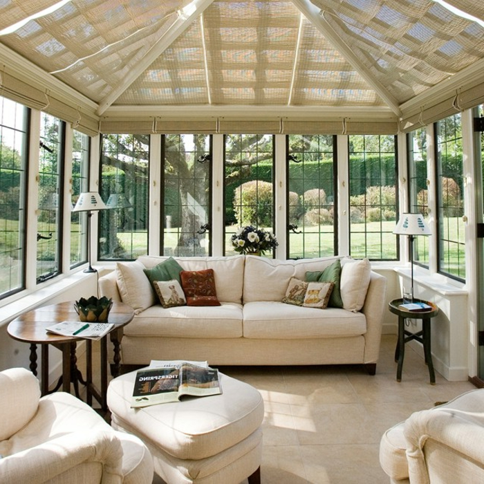 deco-veranda-élégante-ambiance-propice-à-la-relaxation-canapés-fauteuils-blancs