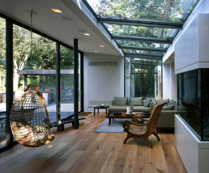 deco-veranda-aimable-amenagement-veranda-simple-et-moderne-un-grand-canapé-chaise-en-bois-ballançoire-en-ratin-style-très-chic