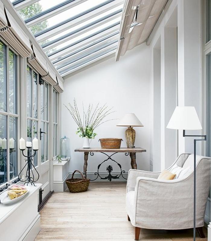 deco-veranda-aménagée-en-petit-espace-de-repos-où-s-adonnier-à-la-contemplation-décor-en-blanc-très-naturel-meubles-en-bois