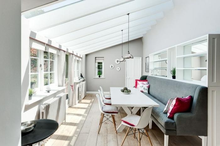 deco-veranda-en-blanc-amenagement-veranda-dans-un-style-très-élégant-meubles-blanc-et-un-canapé-gris-contrastant