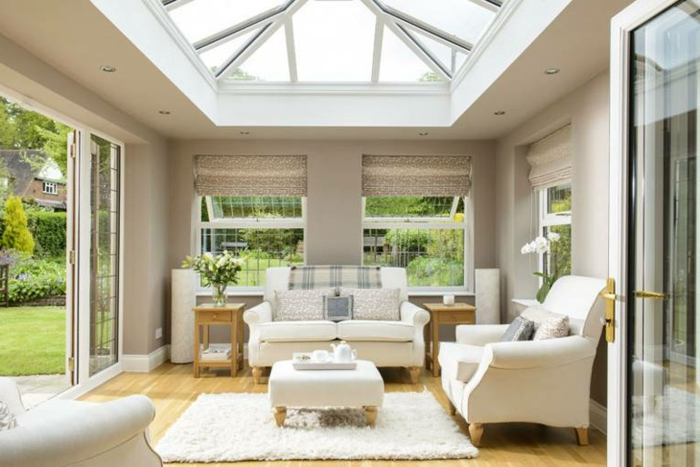 deco-veranda-en-blanc-style-sobre-et-esthétique-meubles-blancs-sol-stratifié-veranda-aménagée-en-petit-salon