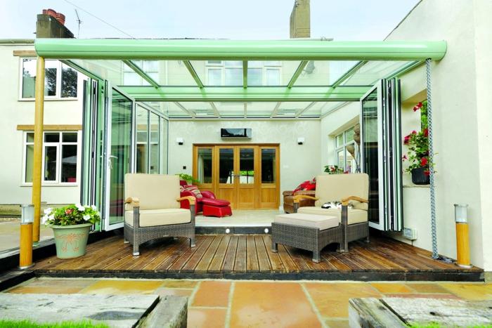 deco-veranda-qui-fait-rêver-extension-en-verre-canapé-et-chaise-longue, orientés-vers-l-exterieur-pour-profiter-du-soleil