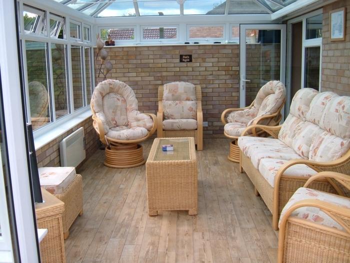 deco-veranda-simple-meubles-en-rotin-un-espace-de-receuil-de-repos-et-d-accueil-lignes-épurées