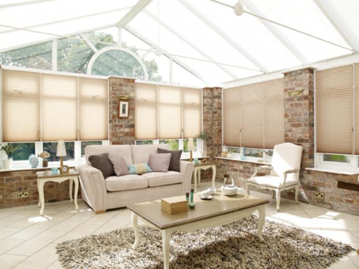 deco-veranda-style-raffiné-lignes-épurées-amenagement-veranda-canapé-confortable-table-en-bois-joli-deisgn-veranda-aménagée-en-salon