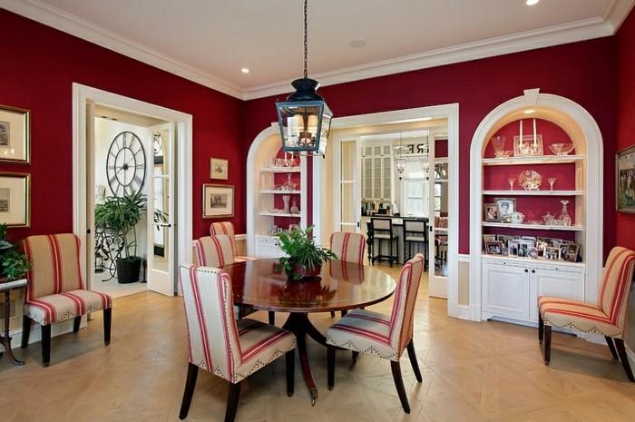 decoration-salle-a-manger-rouge-vaisselier-blanc-carrelage-table-en-bois-chaise-à-rayures-rouges