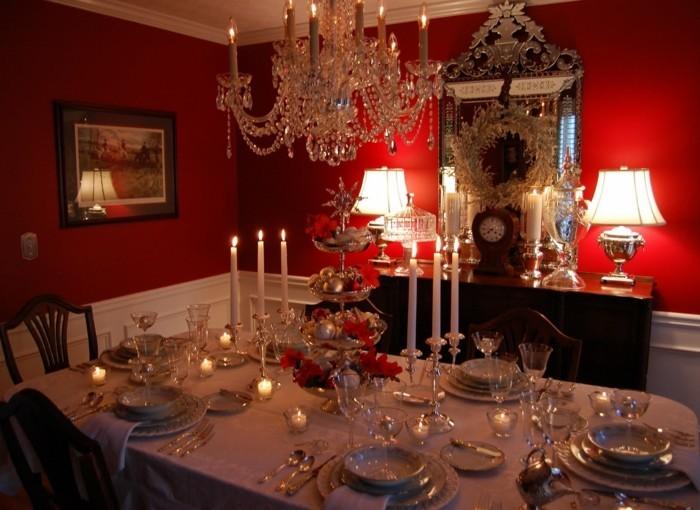 decoration-salle-a-manger-luxe-peinture-murale-rouge-vaisselle-exquise-style-pompeux-déco-surchargée