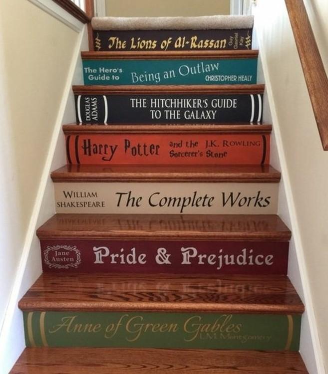 escalier-moderne-droit-marches-escalier-imitant-des-livres-idée-originale-déco-escalier