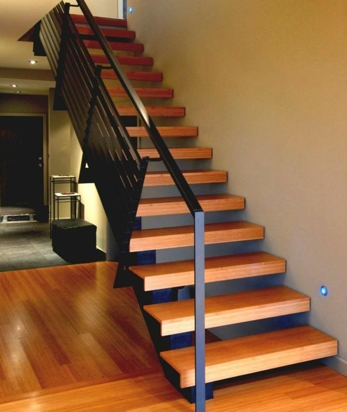 escalier-moderne-modele-escalier-à-marches-en-bois-balustrade-métallique-escalier-droit