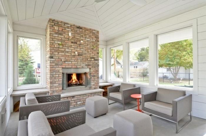formidable-idee-deco-veranda-style-sobre-meubles-gris-et-une-magnifique-cheminée