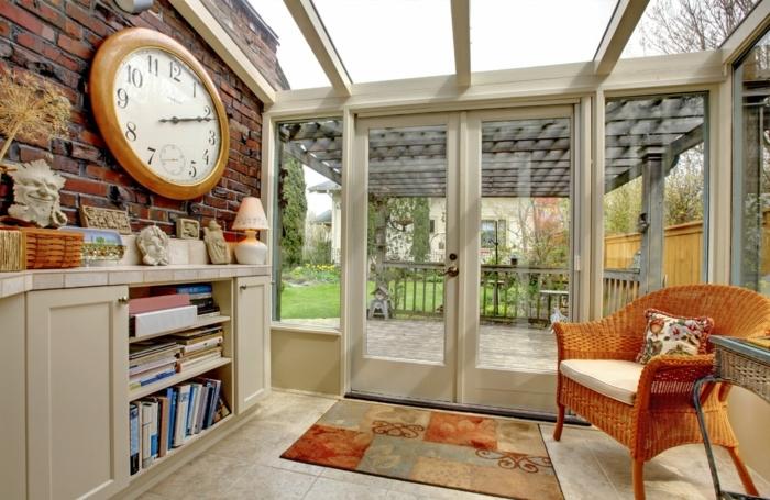 deco-veranda-originale-mur-en-briques-canapé-en-rotin-espace-de-rangement