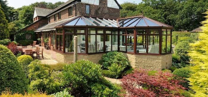 idée-formidable-veranda-moderne-dans-un-style-rustique-parfaite-pour-une-maison-de-campagne-toit-veranda-en-bois-et-verre