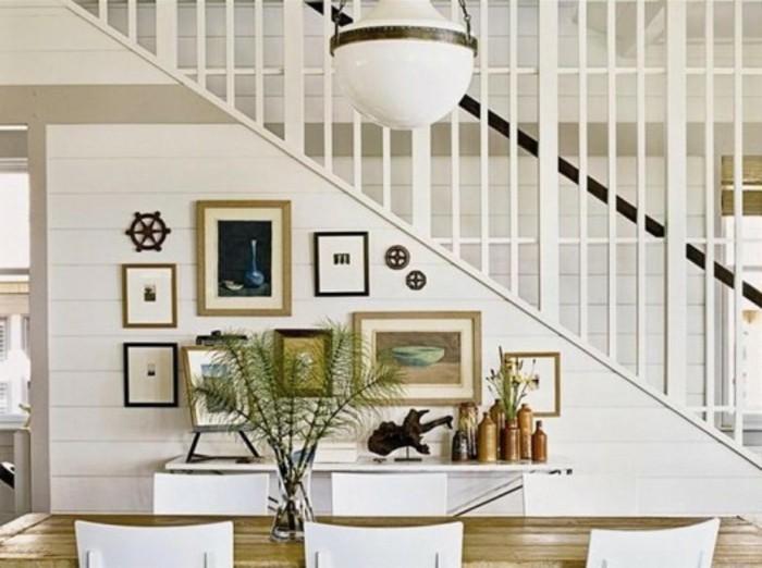 idee-deco-escalier-avec-des-tableaux-et-des-objets-d'art-ambiance-artistiques-et-moderne