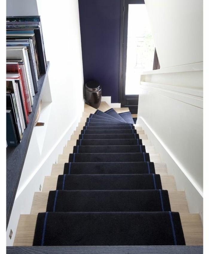 idee-deco-escalier-en-bleu-foncé-et-blanc-harmonies-de-couleurs-inédite-deco-escalier-originale
