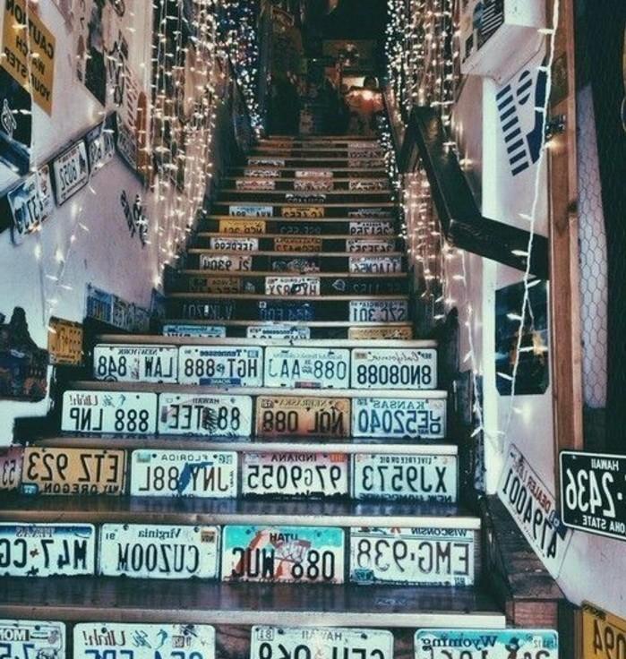 idee-deco-escalier-extraordinaire-avec-des-plaques-d'immatriculations-decor-escalier-surchargé