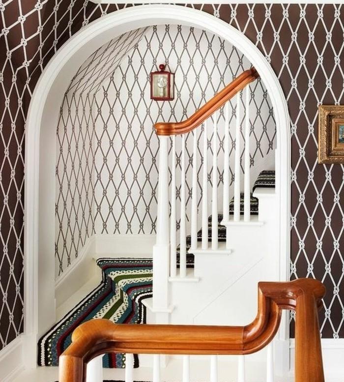 idee-deco-escalier-extraordinaire-deco-mur-à-motifs-géométriques-tapis-escalier-oriental-idee-escalier-quart-turnant-surplombé-d-un-arc