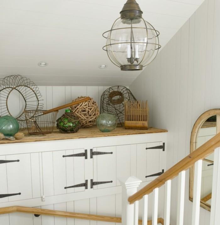 idee-deco-escalier-vintage-un-rangement-qui-abrite-des-objets-d'occasion-un-véritable-musée-