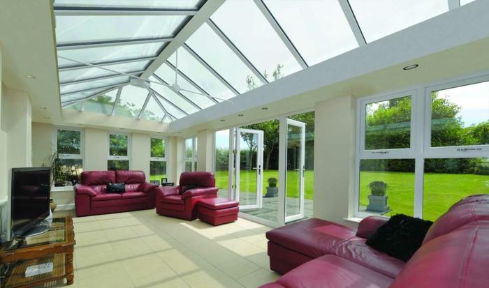 idee-deco-veranda-aménagée-en-salon-meubles-en-rouge-qui-créent-du-contraste