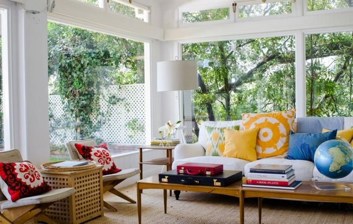 idee-deco-veranda-traditionnelle-aménagée-en-espace-détente-grand-canapé-blanc-petite-table-en-bois