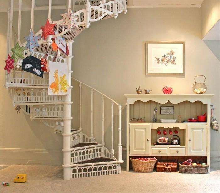 idee-originale-deco-escalier-helicoidal-décoration-très-jolie-convenables-pour-la-pièce-d-un-enfant