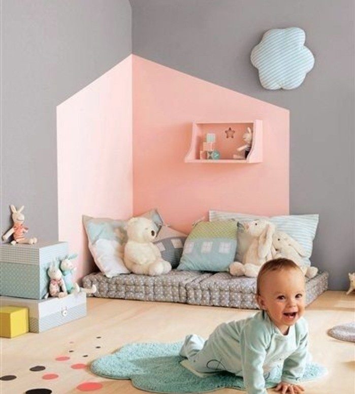 idee-originale-peinture-chambre-bebe-rose-et-gris-matelas-posé-à-même-le-sol-chambre-bébé-style-montessori