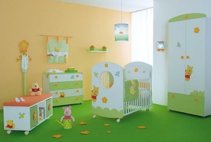 idee-peinture-chambre-bébé-originale-deco-créative-sur-le-thème-winnie-l-ourson-sol-en-vert-ambiance-accueillante