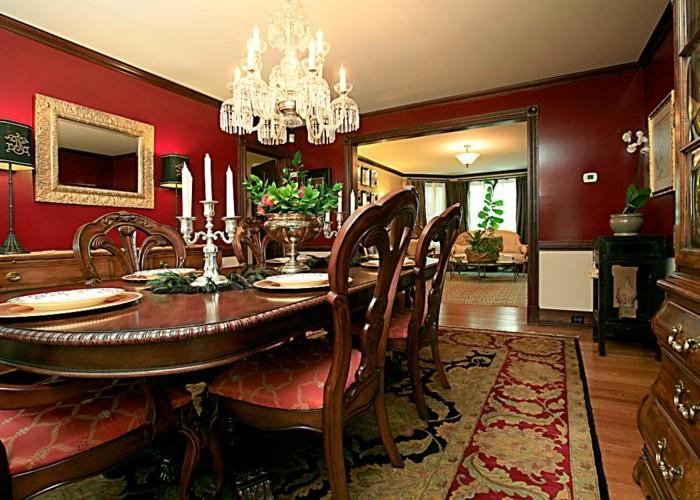 idee-peinture-salle-à-manger-en-rouge-foncé-table-en-bois-lustre-somptueux-chaises-très-élégantes-tapis-oriental-déco-vintage-exubérente