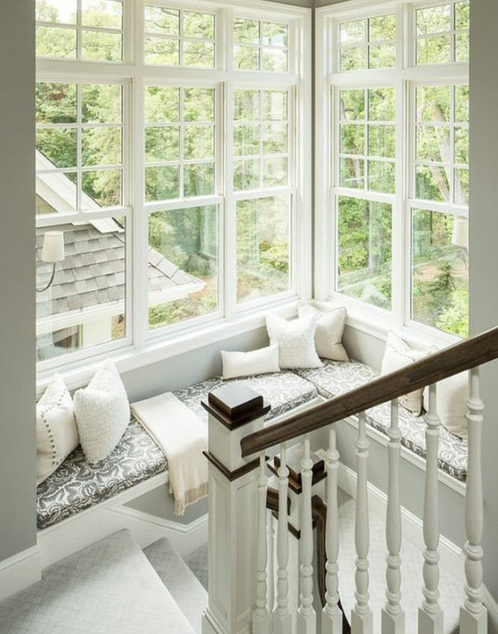 jolie-idee-deco-escalier-et-un-magnifique-coin-de-détente-près-de-la-fenêtre-un-oasis-sur-le-palier
