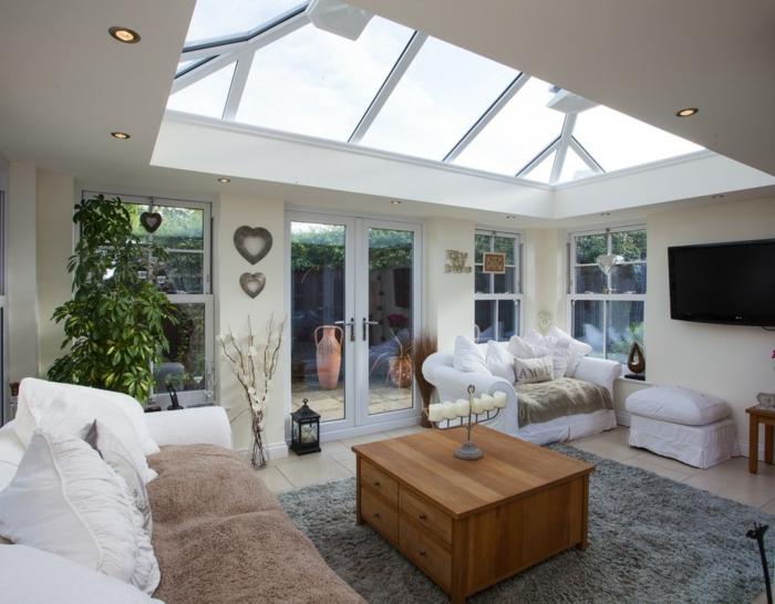 jolie-suggestion-amenagement-veranda-canapés-blancs-table-basse-en-bois-le-meilleur-endroit-pour-passer-l-après-midi-tapis-gris