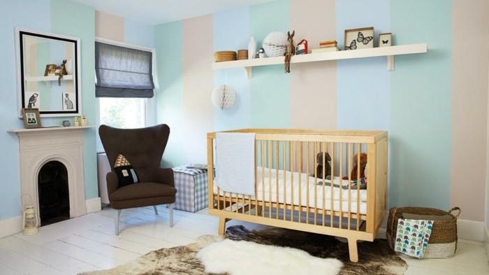 peinture-chambre-bébé-à-rayures-lit-bébé-en-bois-étagère-murale-avec-des-jouets-miroir-panier-à-langer-canapé-marron