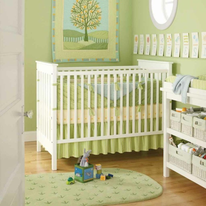 peinture-chambre-bébé-couleur-verte-pistache-meubles-en-blanc-lit-à-barreaux-espace-de-rangement-belle-déco-murale