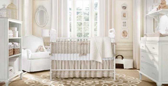 peinture-chambre-bébé-en-blanc-et-beige-lit-bébé-à-barreaux-table-à-langer-espace-de-rangement-tapis-à-motifs-floraux-ambiance-douce-apaisante-style-vintage