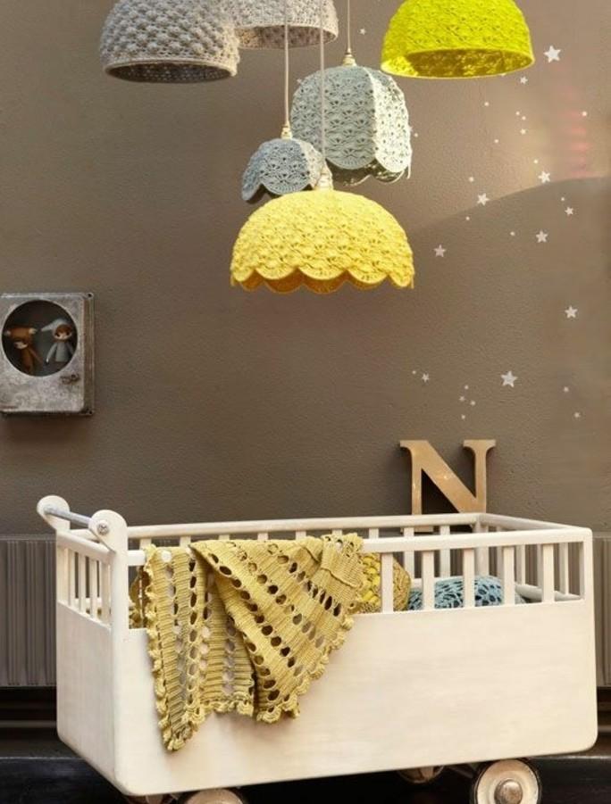 peinture-chambre-bébé-en-gris-lit-bébé-blanc-à-roulettes-abat-jours-en-rotin