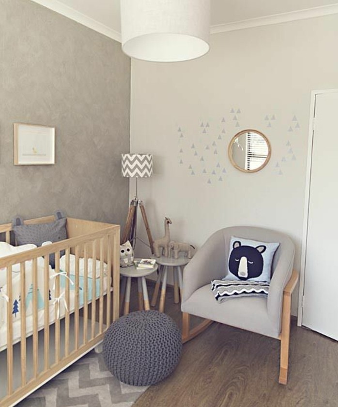 peinture-chambre-bébé-grise-lit-à-barreaux-en-bois-canapé-gris-poufe-grise-formidable-idee-deco-chambre-bebe