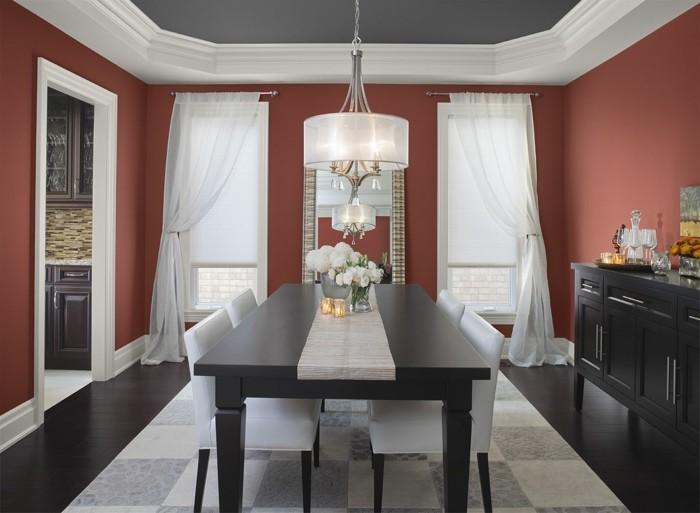 peinture-salle-à-manger-rouge-plafond-gris-table-massive-en-bois-chaises-blancs-élégants-vaisselier-en-bois-benjamin-moore