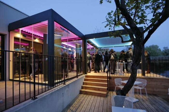 pergola-terrasse-ultra-moderne-un-espace-qui-accorder-un-bon-accueil-à-vos-invités-éclairage-LED-de différentes couleur
