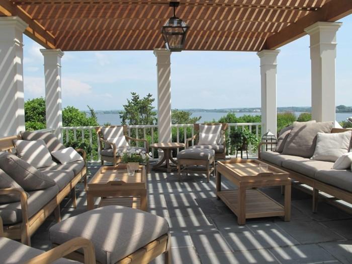 pergola-terrasse-aménagée-en-epace-de-repos-meubles-en-bois-sièges-grises-table-basse-en-bois
