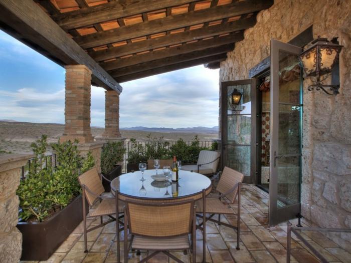 pergola-terrasse-en-bois-style-rustique-chaises-en-rotin-table-en-verre-très-jolies-appliques-vintage-paysage-pittoresque