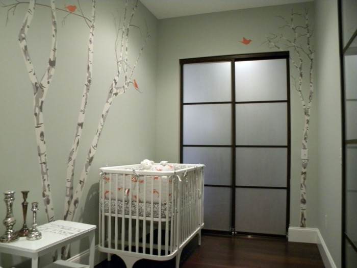 peunture-chambre-bebe-en-vert-clair-à-motifs-floraux-lit-bébé-à-barreaux-idée-deco-chambre-bebe-très-originale