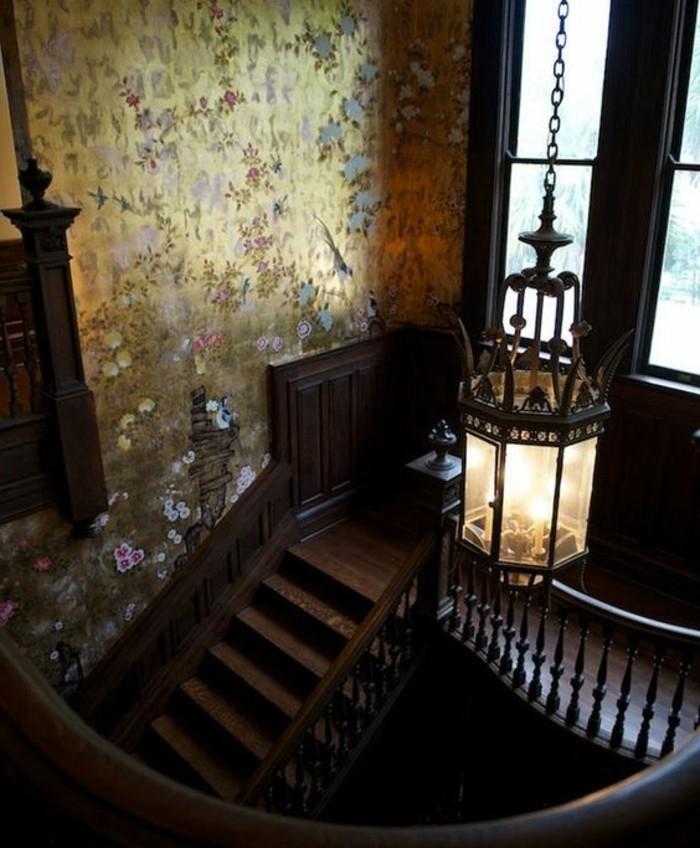 renovation-escalier-originale-style-opulent-idée-papier-peint-au-goût-vintage-escalier-en-bois