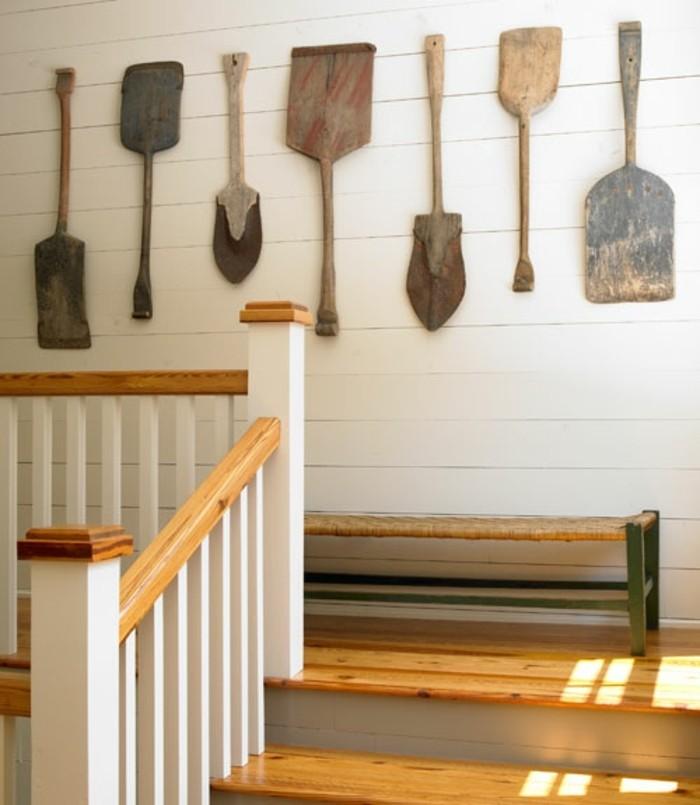superbe-idee-deco-escalier-style-rustique-avec-des-outils-de-jardinage