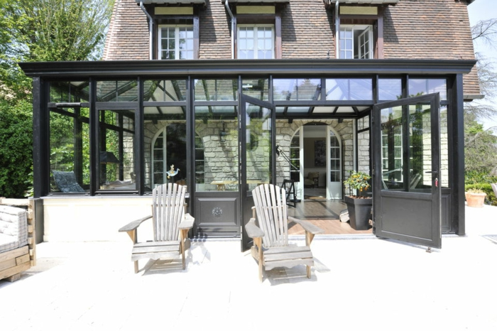 veranda-alu-aménagée-en-espace-de-travail-jolie-veranda-en-noir