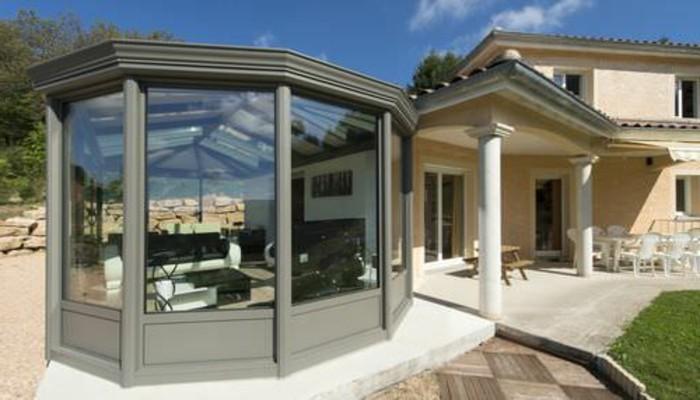 veranda-contemporaine-en-aluminium-qui-est-en-contraste-avec-la-maison-adjacente