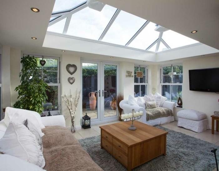 veranda-moderne-un-coin-de-paradis-créé-en-extention-de-la-maison-deco-veranda-élégante-canapés-blancs-une-table-en-bois-mignonne