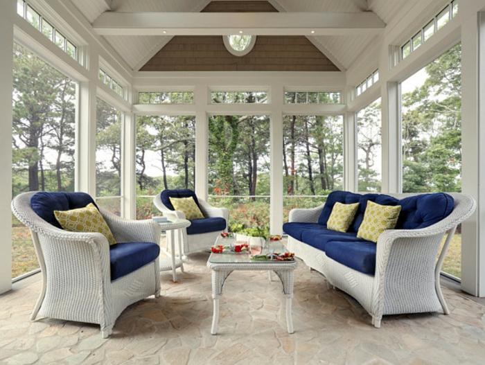 verrière-extérieure-jolies-meubles-en-rotin-carrelage-ambiance-propice-à-la-détente