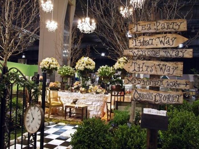20-deco Disney dans le jardin. Une table aux fleurs