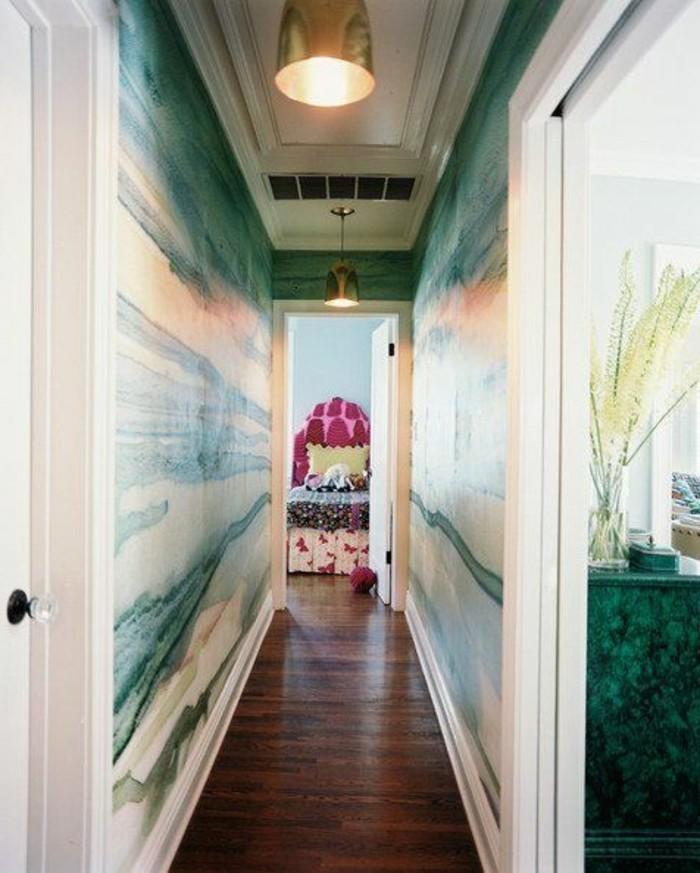 22-Papier peint pour couloir en blanc et en bleu. Parquet.