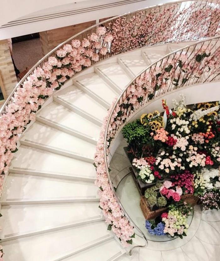 25-deco Disney dans le jardin. Un escalier en fleurs.