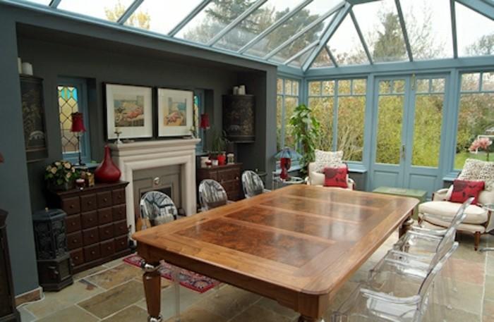 amenagement-veradna-salle-à-manger-table-massive-en-bois-chaises-sol-en-carrelage-détails-décoratifs-soignés